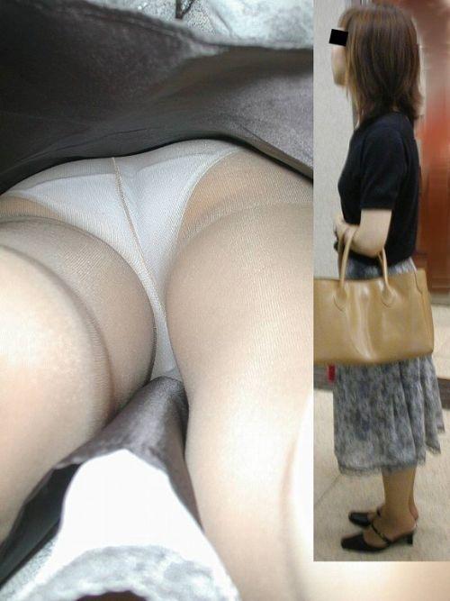 真面目そうな熟女がベージュのストッキングを履いた逆さ撮り盗撮画像 33枚 No.13