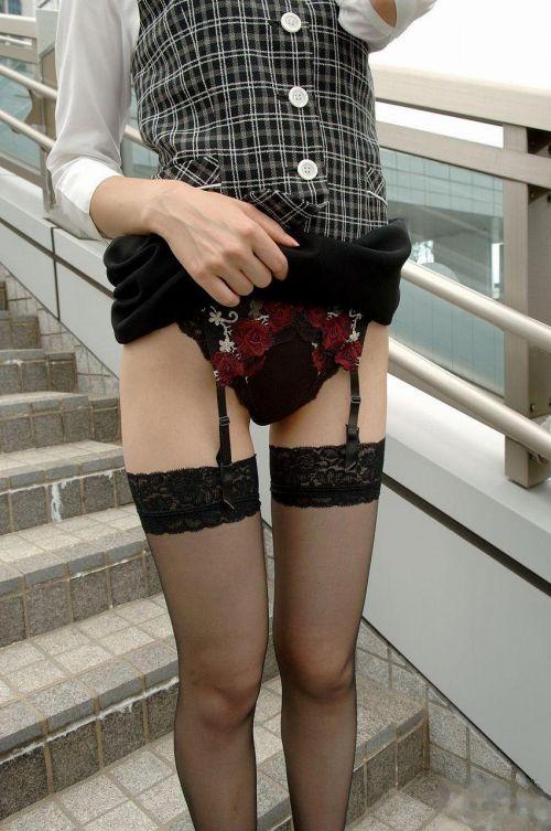 【画像】セクシーな黒ガーターベルトを履いた美女たちの股間がエロいwww 35枚 No.4