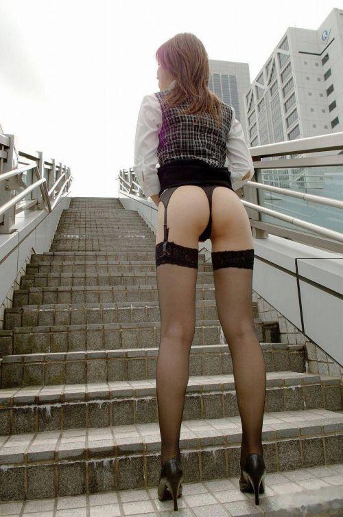 【画像】セクシーな黒ガーターベルトを履いた美女たちの股間がエロいwww 35枚 No.7