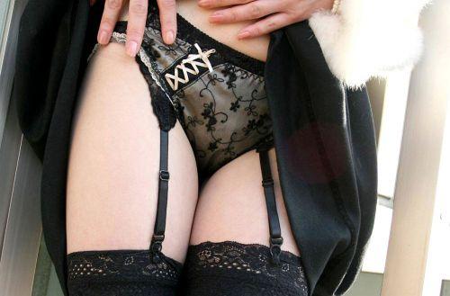 【画像】セクシーな黒ガーターベルトを履いた美女たちの股間がエロいwww 35枚 No.23