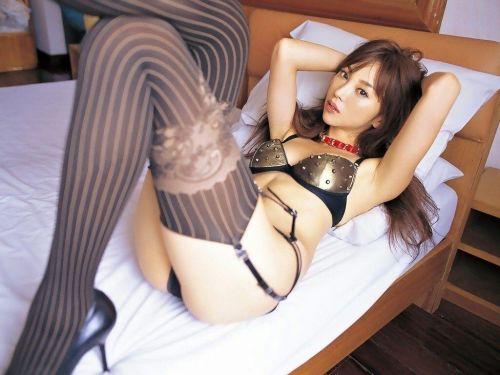 【画像】セクシーな黒ガーターベルトを履いた美女たちの股間がエロいwww 35枚 No.27