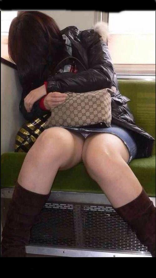 電車内の無防備なギャル達のパンチラや太ももを盗撮したエロ画像 38枚 No.4