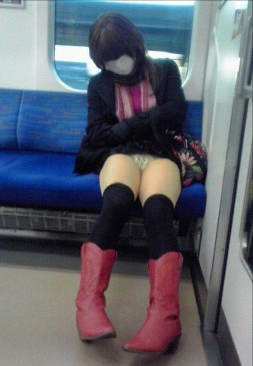 電車内の無防備なギャル達のパンチラや太ももを盗撮したエロ画像 38枚 No.6