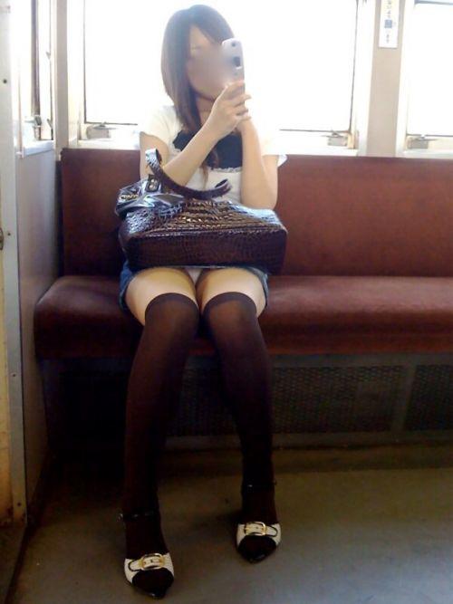 電車内の無防備なギャル達のパンチラや太ももを盗撮したエロ画像 38枚 No.10
