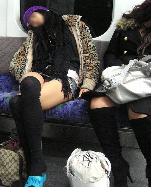 電車内の無防備なギャル達のパンチラや太ももを盗撮したエロ画像 38枚 No.19