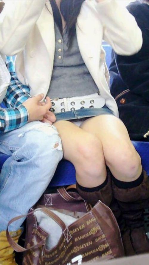 電車内の無防備なギャル達のパンチラや太ももを盗撮したエロ画像 38枚 No.20
