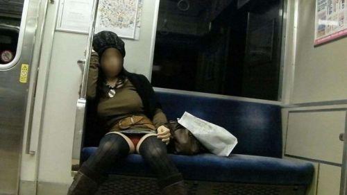 電車内の無防備なギャル達のパンチラや太ももを盗撮したエロ画像 38枚 No.23