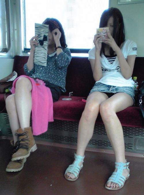 電車内の無防備なギャル達のパンチラや太ももを盗撮したエロ画像 38枚 No.27
