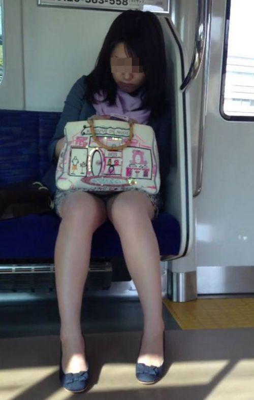 電車内の無防備なギャル達のパンチラや太ももを盗撮したエロ画像 38枚 No.28