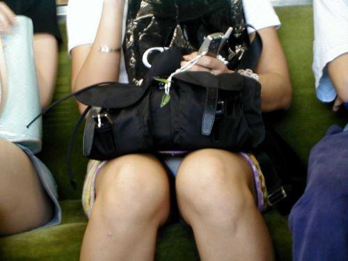 電車内の無防備なギャル達のパンチラや太ももを盗撮したエロ画像 38枚 No.36