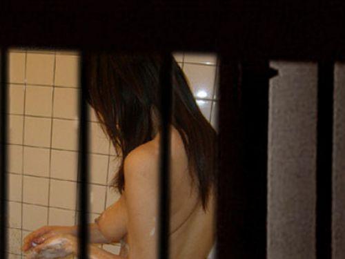 【画像】民家のお風呂を窓の外から熟女や美女を盗撮した結果www 33枚 No.1
