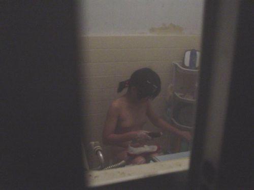 【画像】民家のお風呂を窓の外から熟女や美女を盗撮した結果www 33枚 No.8