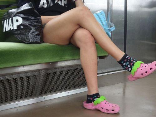 【画像】電車の中で太もも丸出しで足組みしてる素人ギャルエロ過ぎwww 35枚 No.1