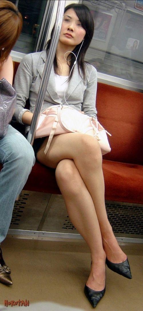 【画像】電車の中で太もも丸出しで足組みしてる素人ギャルエロ過ぎwww 35枚 No.3