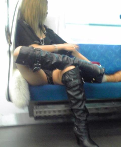 【画像】電車の中で太もも丸出しで足組みしてる素人ギャルエロ過ぎwww 35枚 No.6