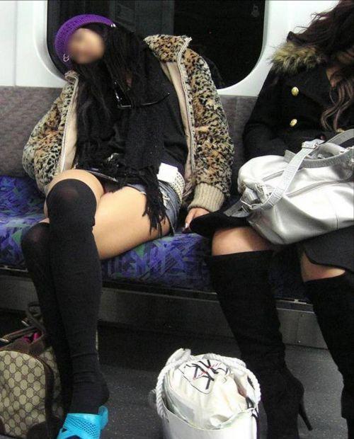 【画像】電車の中で太もも丸出しで足組みしてる素人ギャルエロ過ぎwww 35枚 No.8