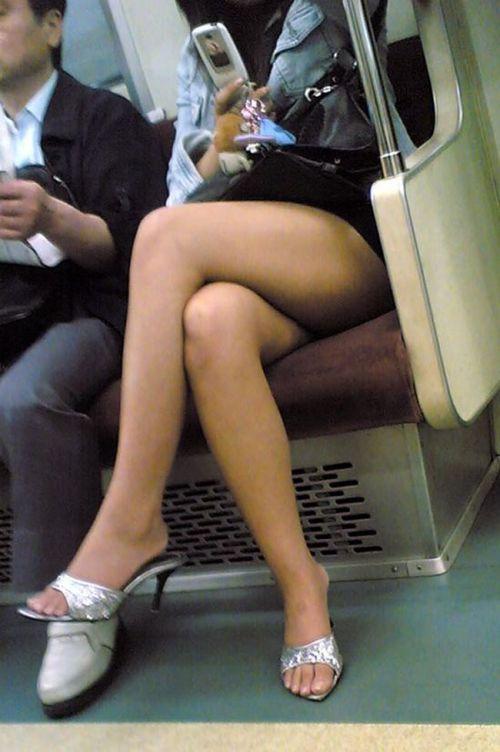【画像】電車の中で太もも丸出しで足組みしてる素人ギャルエロ過ぎwww 35枚 No.10