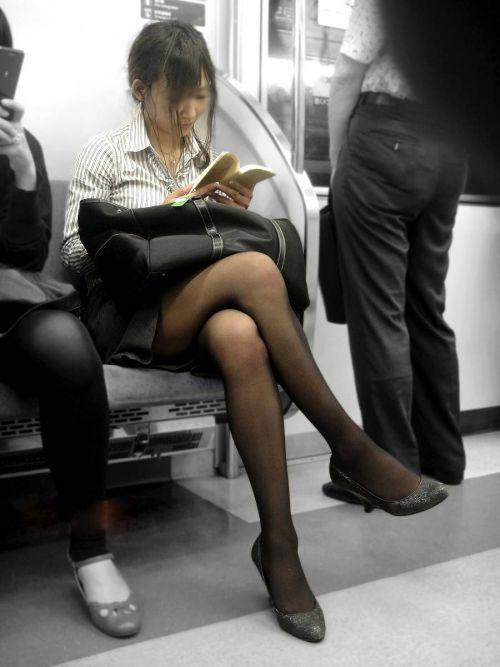 【画像】電車の中で太もも丸出しで足組みしてる素人ギャルエロ過ぎwww 35枚 No.11