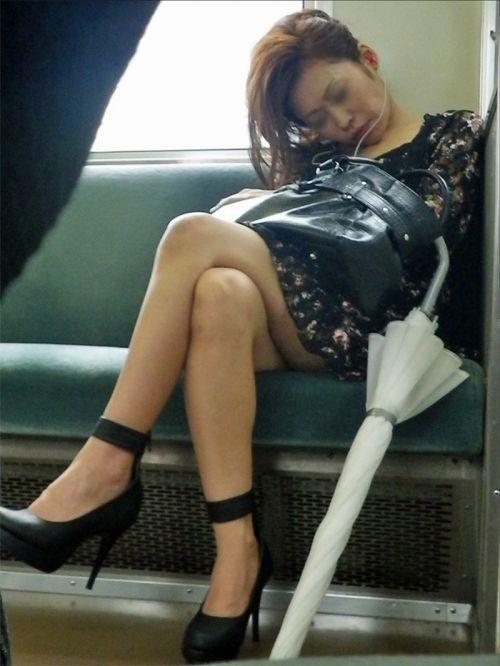 【画像】電車の中で太もも丸出しで足組みしてる素人ギャルエロ過ぎwww 35枚 No.13