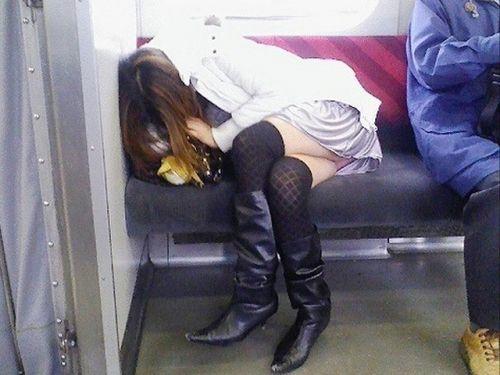 【画像】電車の中で太もも丸出しで足組みしてる素人ギャルエロ過ぎwww 35枚 No.15