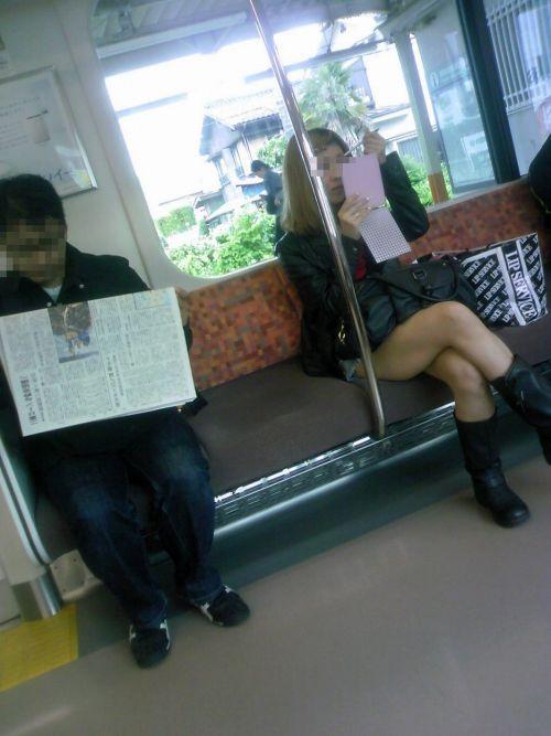 【画像】電車の中で太もも丸出しで足組みしてる素人ギャルエロ過ぎwww 35枚 No.16
