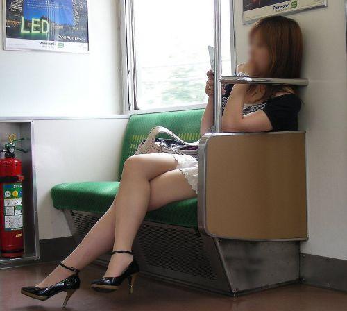 【画像】電車の中で太もも丸出しで足組みしてる素人ギャルエロ過ぎwww 35枚 No.17