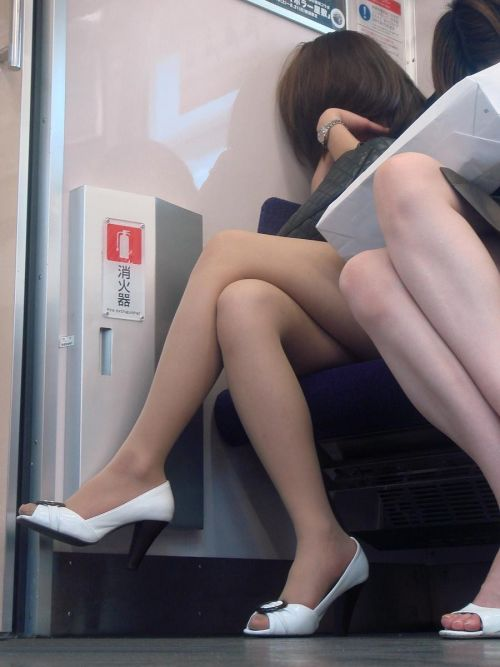 【画像】電車の中で太もも丸出しで足組みしてる素人ギャルエロ過ぎwww 35枚 No.20