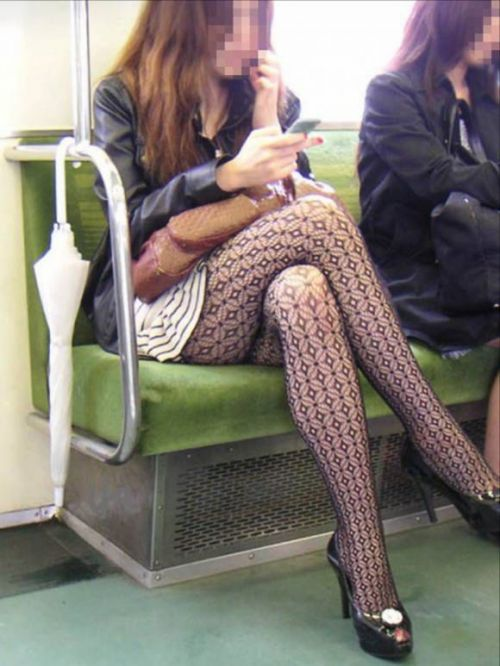【画像】電車の中で太もも丸出しで足組みしてる素人ギャルエロ過ぎwww 35枚 No.23