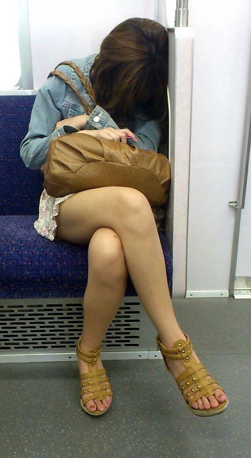 【画像】電車の中で太もも丸出しで足組みしてる素人ギャルエロ過ぎwww 35枚 No.24