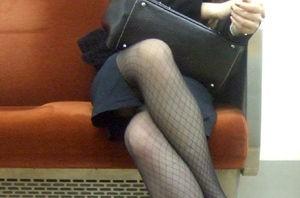 【画像】電車の中で太もも丸出しで足組みしてる素人ギャルエロ過ぎwww 35枚 No.30