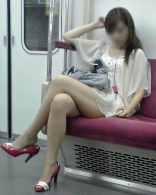【画像】電車の中で太もも丸出しで足組みしてる素人ギャルエロ過ぎwww 35枚 No.31