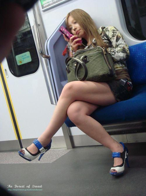 【画像】電車の中で太もも丸出しで足組みしてる素人ギャルエロ過ぎwww 35枚 No.34