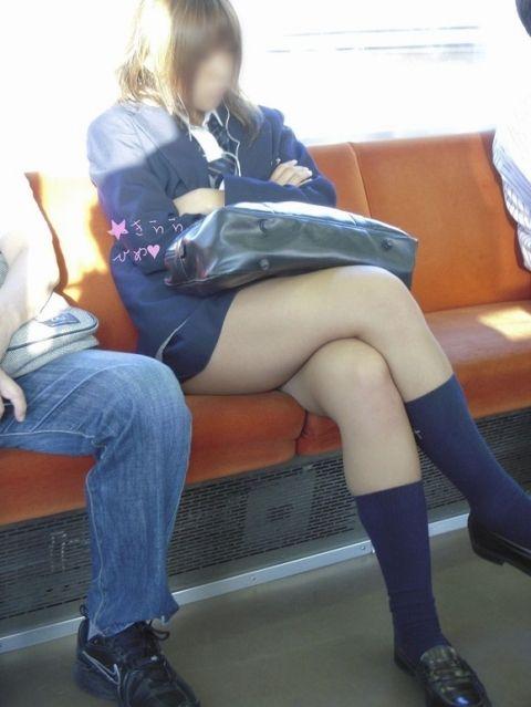 【画像】電車の中で太もも丸出しで足組みしてる素人ギャルエロ過ぎwww 35枚 No.35