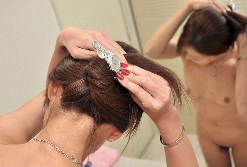 【盗撮画像】お風呂前に鏡で髪を束ねる女性のうなじって色っぽいよな! 32枚 No.20