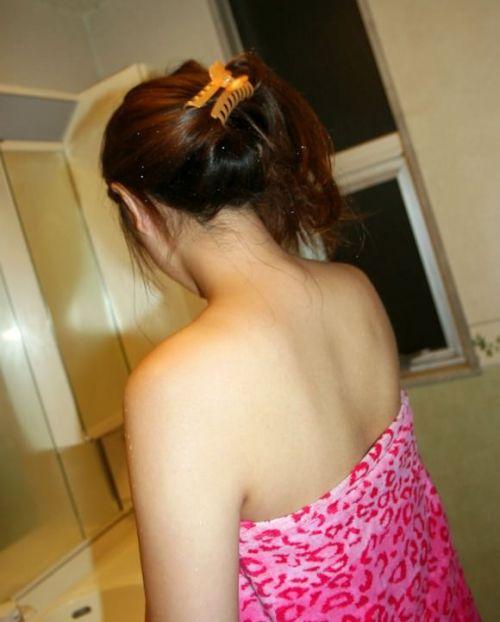 【盗撮画像】お風呂前に鏡で髪を束ねる女性のうなじって色っぽいよな! 32枚 No.28