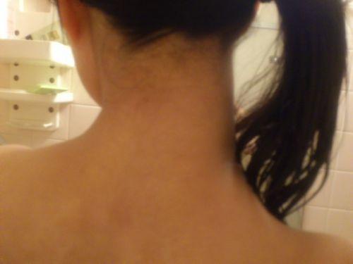 【盗撮画像】お風呂前に鏡で髪を束ねる女性のうなじって色っぽいよな! 32枚 No.29