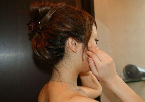 【盗撮画像】お風呂前に鏡で髪を束ねる女性のうなじって色っぽいよな! 32枚 No.31