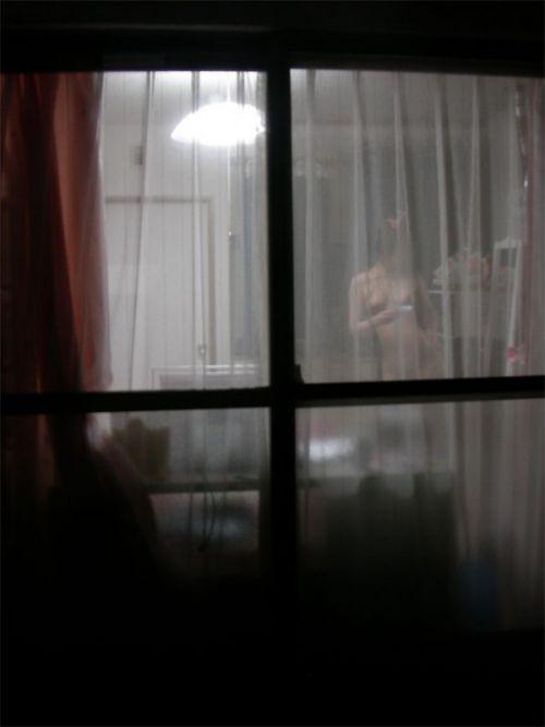 窓の外から美乳で巨乳なお姉さんの裸体を盗撮したエロ画像 33枚 No.3