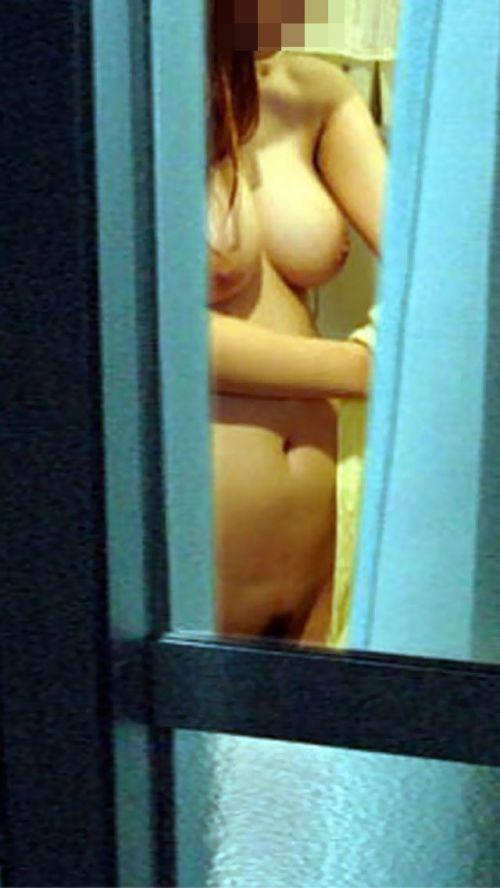 窓の外から美乳で巨乳なお姉さんの裸体を盗撮したエロ画像 33枚 No.10