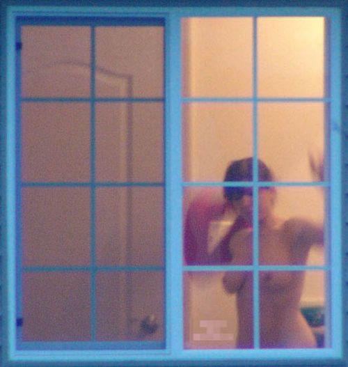 窓の外から美乳で巨乳なお姉さんの裸体を盗撮したエロ画像 33枚 No.23