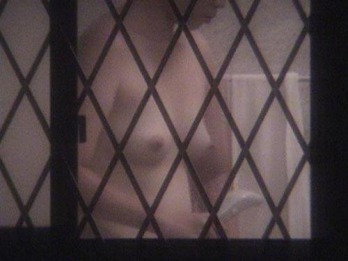 窓の外から美乳で巨乳なお姉さんの裸体を盗撮したエロ画像 33枚 No.30