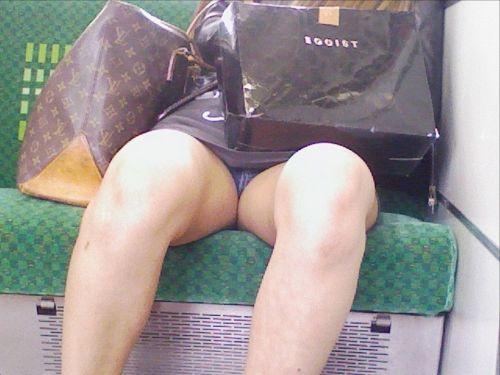 【画像】電車内でホットパンツやミニスカ女子の太ももエロ過ぎて勃起不可避! 35枚 No.1