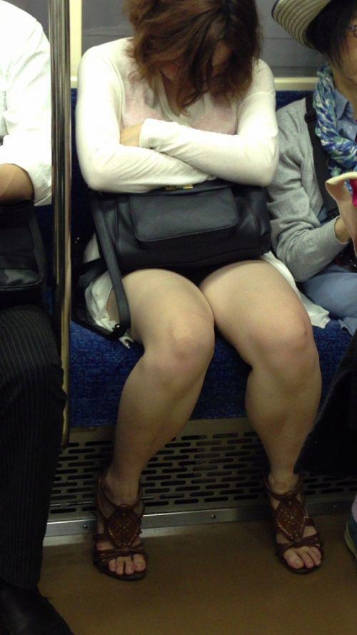 【画像】電車内でホットパンツやミニスカ女子の太ももエロ過ぎて勃起不可避! 35枚 No.2