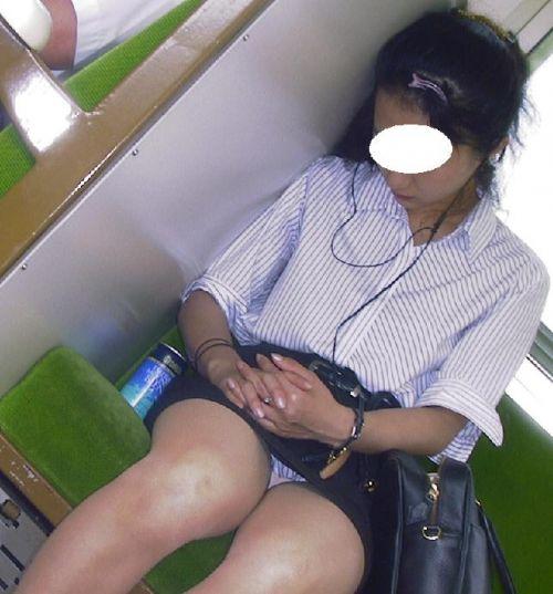 【画像】電車内でホットパンツやミニスカ女子の太ももエロ過ぎて勃起不可避! 35枚 No.3