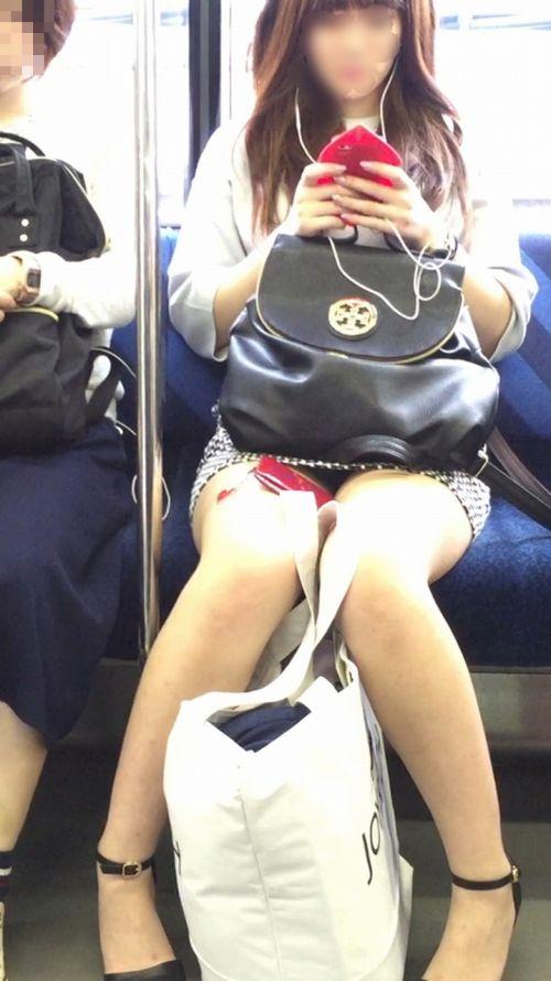 【画像】電車内でホットパンツやミニスカ女子の太ももエロ過ぎて勃起不可避! 35枚 No.4