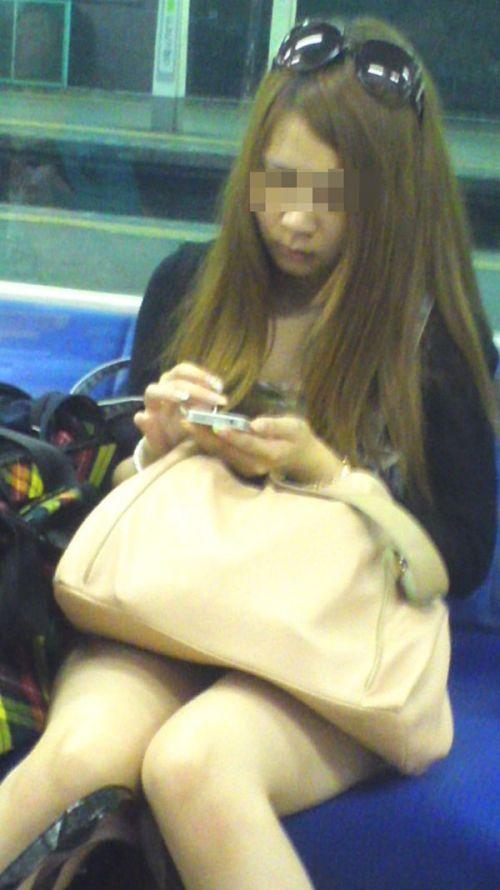 【画像】電車内でホットパンツやミニスカ女子の太ももエロ過ぎて勃起不可避! 35枚 No.5
