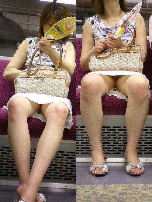 【画像】電車内でホットパンツやミニスカ女子の太ももエロ過ぎて勃起不可避! 35枚 No.9