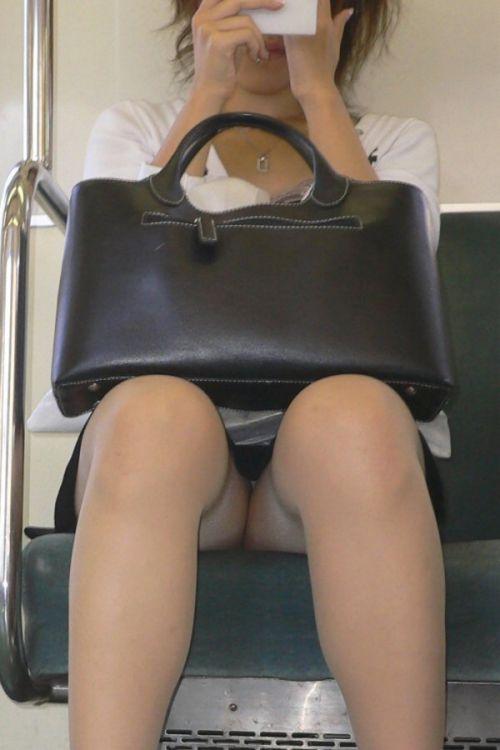 【画像】電車内でホットパンツやミニスカ女子の太ももエロ過ぎて勃起不可避! 35枚 No.12