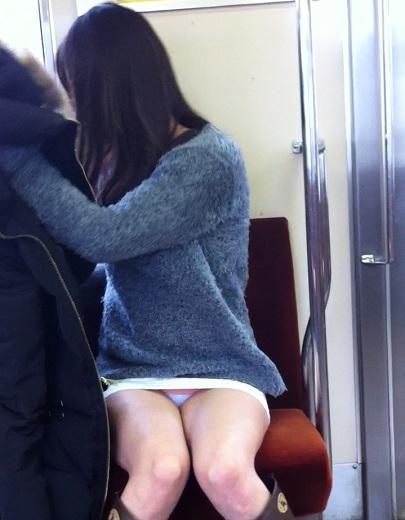 【画像】電車内でホットパンツやミニスカ女子の太ももエロ過ぎて勃起不可避! 35枚 No.13