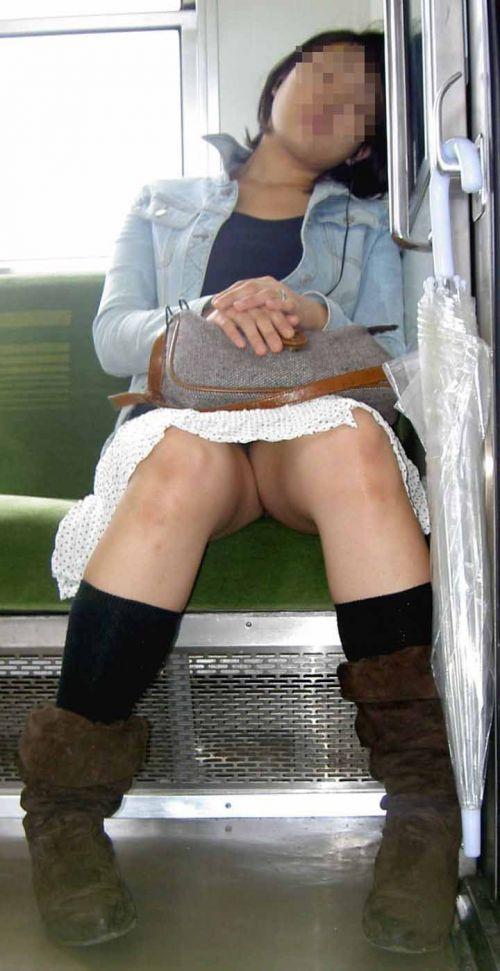 【画像】電車内でホットパンツやミニスカ女子の太ももエロ過ぎて勃起不可避! 35枚 No.15